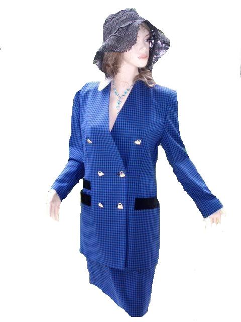 Antonette by Haushofer Kostüm blau schwarz Gr 36 - 38 (5664) KOSTÜM von Antonette by Frans Haushofer Ein schönes leichtes Kostüm zu jeder Gelegenheit Ein Name für Qualität und Chick, ausgefallene Mode Gr. 36 - 38 in cm weiter unten Messe nur in deutschen Größen In dem Kostüm steht Gr. 38 Bitte beachten Sie meine Maßangaben und vergleichen diese mit gutsitzenden Kleidungsstücken von ihnen! Dann wird ihnen meine Mode auch perfekt passen!!! Maße Blazer : Schulterbreite: 43cm Brustweite: 50cm Gesamtlänge: 79cm Ärmellänge: 60cm Maße Rock: Bundweite: 37cm Gesamtlänge: 58cm 100% Schurwolle